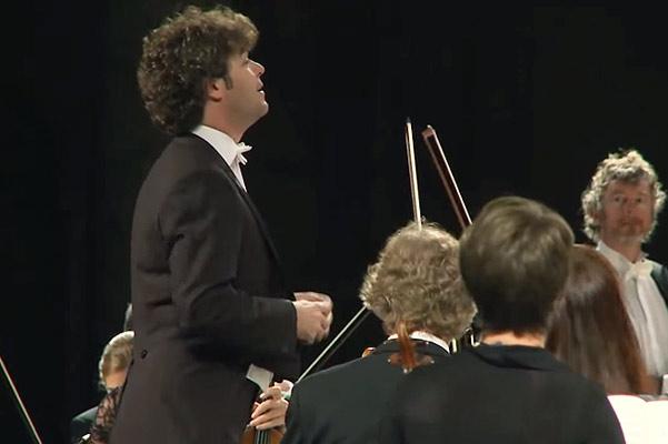 Pablo Heras Casado conduce la orquesta en la ópera Sueño de una noche de Verano, en Granada